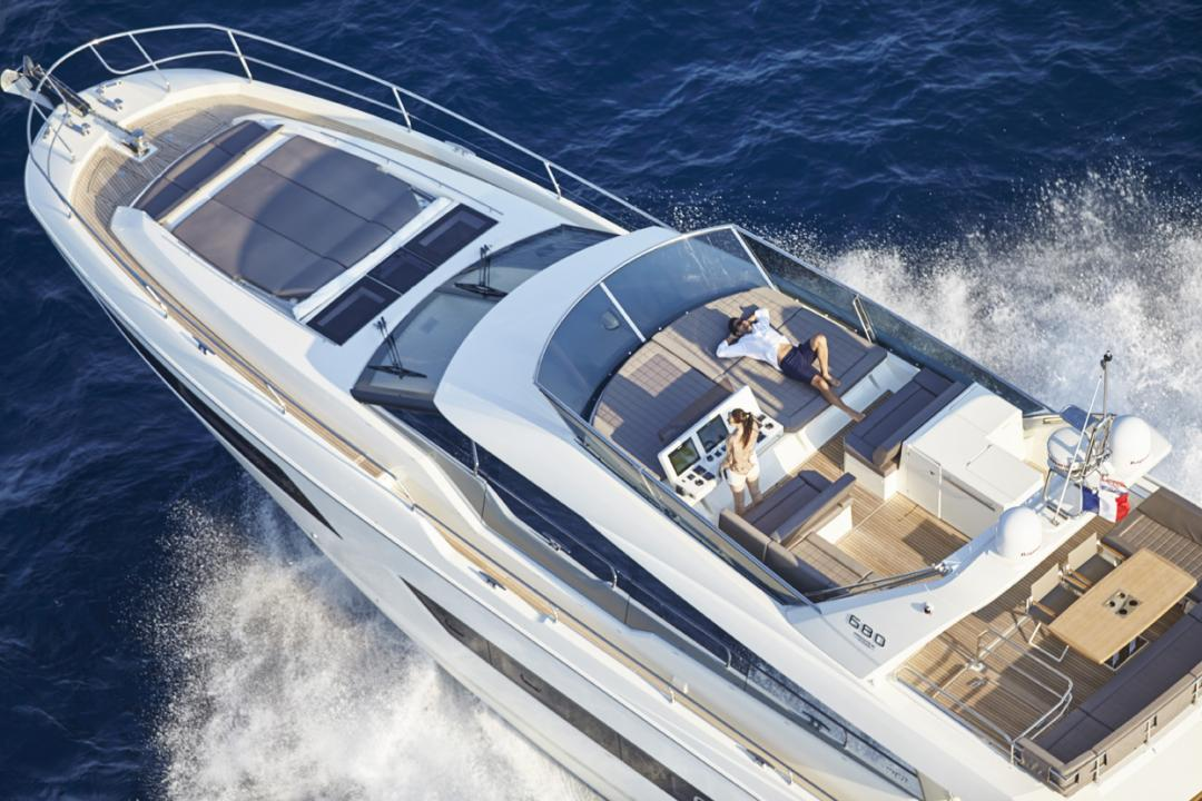 "Die PRESTIGE 680 wurde für den ""Motor Boat of The Year Awards 2016"" nominiert 2"